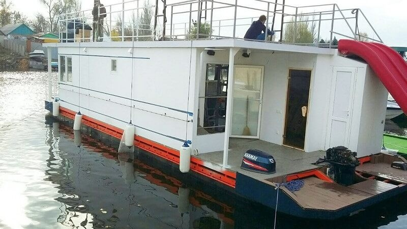 Houseboat_pontoon_boat_5